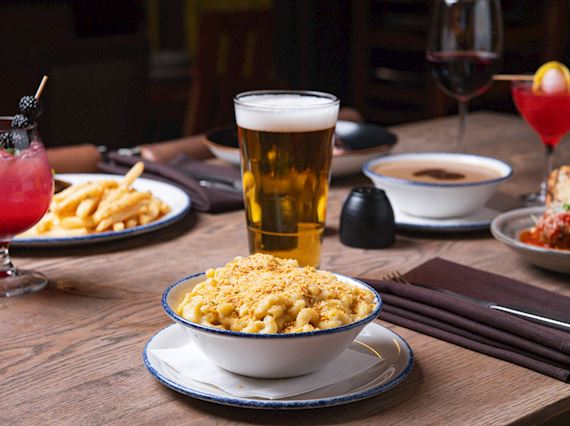 Macaroni and cheese and a glass of draft beer
